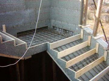 Бетонирование лестницы монолитным бетоном